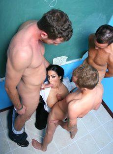 Молодые парни пустили по кругу красивую преподавательницу - фото #5