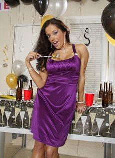 Бабенка выпила шампанского и устроила развратное соло - фото #4