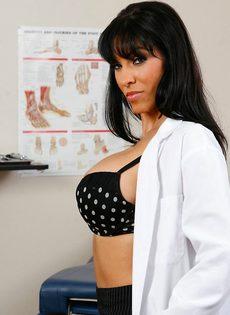 Докторша закрылась в палате и показала интимные зоны - фото #5