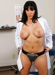 Докторша закрылась в палате и показала интимные зоны - фото #7