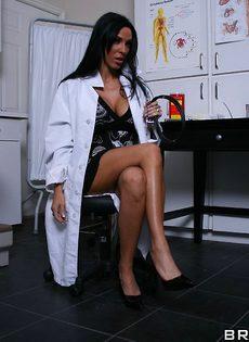 Шикарная зрелая брюнетка в белом халате и красивом нижнем белье - фото #