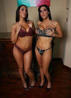 Две обворожительные брюнетки с большими сиськами и шикарными жопами - фото #9
