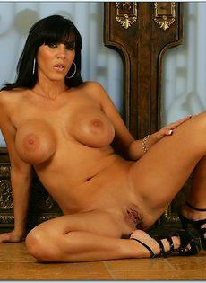 Великолепная женщина сексуально раздевается перед фотографом - фото #