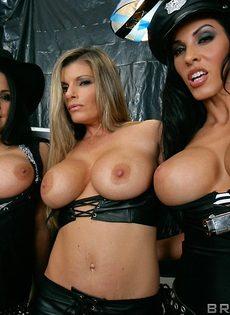 Горячие подружки показали сиськи большого размера - фото #9