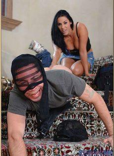 Анальный секс с изумительной женщиной на ступеньках - фото #2