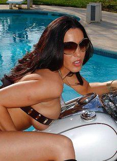 Фото сессия обнаженной грудастой милфы возле мотоцикла - фото #