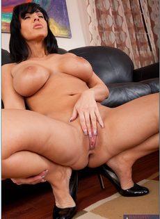 Аппетитная женщина лежит на диване и мастурбирует киску - фото #