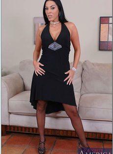 Сорокалетняя брюнетка в черном нижнем белье и в чулках - фото #