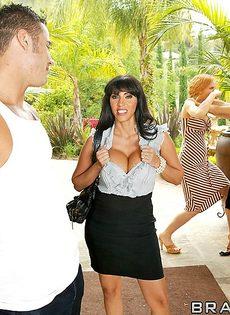 Женщина отсосала большой пенис перед совокуплением - фото #