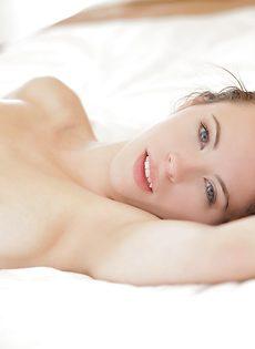 Перед вагинальным сексом молодка ласкает пенис пацана - фото #12