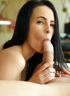 Изумительная брюнетка сосет большой и толстый пенис - фото #7