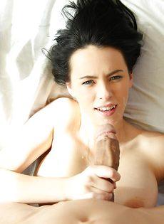 Изумительная брюнетка сосет большой и толстый пенис - фото #16