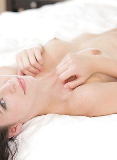 Нежная и чувственная мастурбация гладко выбритой вагины - фото #