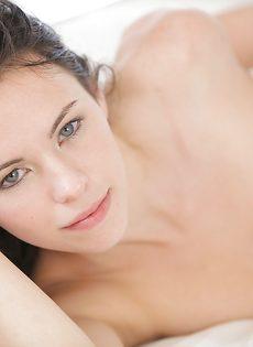 Нежная и чувственная мастурбация гладко выбритой вагины - фото #10