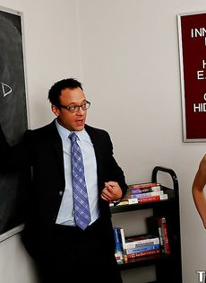Преподаватель вогнал пенис в раскованную студентку с красивым телом - фото #1