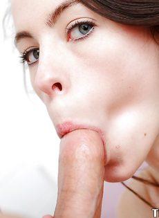 Красотка вынимает пенис из влагалища и ласкает его языком - фото #11