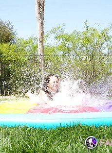 Совершеннолетняя худышка откровенничает на заднем дворе - фото #10