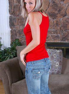 Сладострастная блондинка показывает дырки в разнообразных позах - фото #2