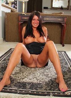 Пухлая женщина легла на полу и раздвинула половые губы - фото #10