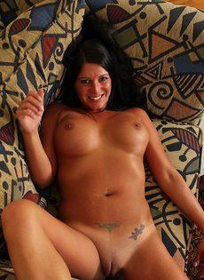 Сучка с большими сиськами возбуждается от мастурбации - фото #