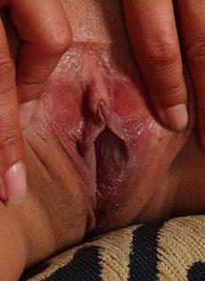 Сучка с большими сиськами возбуждается от мастурбации - фото #14