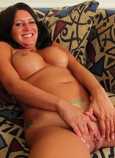 Сучка с большими сиськами возбуждается от мастурбации - фото #15