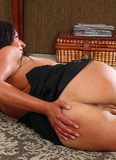 Немолодая брюнетка задирает ножки и показывает дырочки - фото #