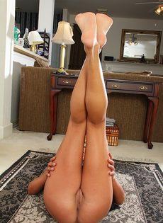 Немолодая брюнетка задирает ножки и показывает дырочки - фото #12