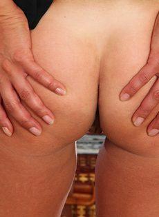 Дамочка с большими сиськами выставила напоказ горячие дырочки - фото #9