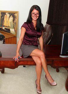 Офисное соло с раздеванием от улыбчивой взрослой потаскухи - фото #