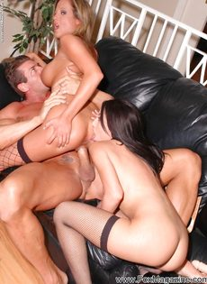 Мускулистый мужик развратничает с бисексуальными милашками - фото #5