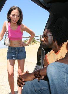 Отполировала здоровенный черный пенис в салоне автомобиля - фото #1