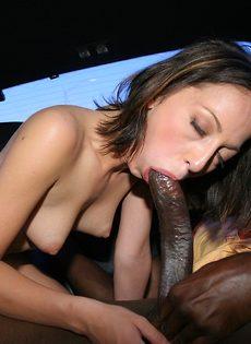Отполировала здоровенный черный пенис в салоне автомобиля - фото #16