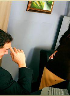 Трах очаровательной латинской девушки в бритую щель - фото #1