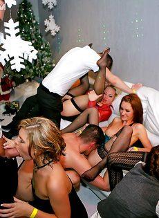 Групповое совокупление с незнакомыми девушками в клубе - фото #16