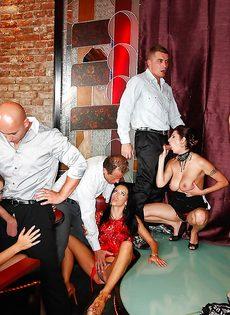 Групповуха богатых мужиков с девушками легкого поведения - фото #4