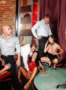 Групповуха богатых мужиков с девушками легкого поведения - фото #5