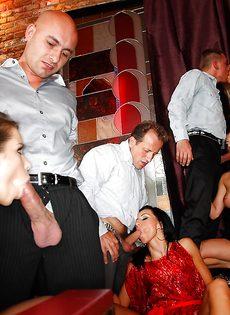 Групповуха богатых мужиков с девушками легкого поведения - фото #7