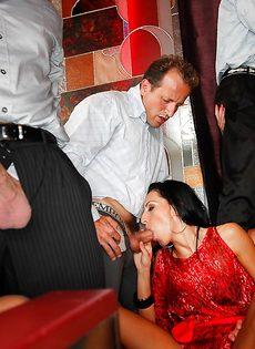 Групповуха богатых мужиков с девушками легкого поведения - фото #