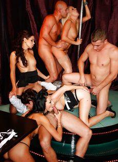 Групповуха богатых мужиков с девушками легкого поведения - фото #14