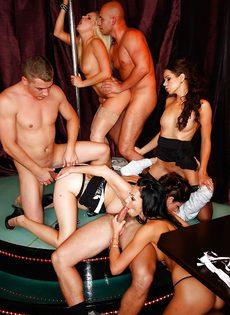 Групповуха богатых мужиков с девушками легкого поведения - фото #15