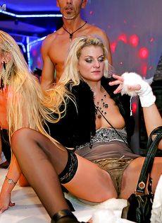 Пьяные девушки удовлетворили незнакомых парней на вечеринке - фото #