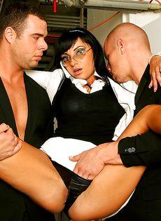 Veronica Diamond и два крепких паренька хорошенько трахнулись - фото #2