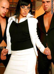 Veronica Diamond и два крепких паренька хорошенько трахнулись - фото #6