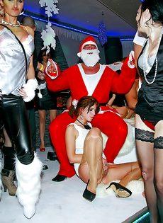 Групповая новогодняя оргия с пьяными девушками - фото #