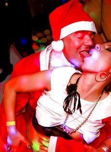 Новогодняя секс вечеринка с возбужденными потаскухами - фото #9