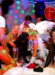 Новогодняя секс вечеринка с возбужденными потаскухами - фото #15