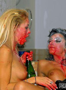 Групповой половой акт с развратными девками на Хэллоуин - фото #