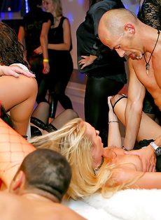 Групповой трах развратных девушек на вечеринке в клубе - фото #