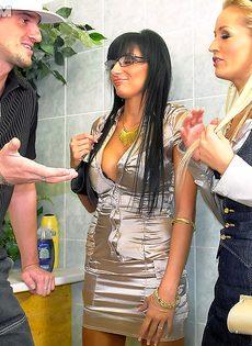 Парнишка трахнулся с горячей блондинкой и страстной брюнеткой - фото #1